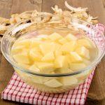 Guardando las patatas peladas en agua fría se mantendrán en buen estado.